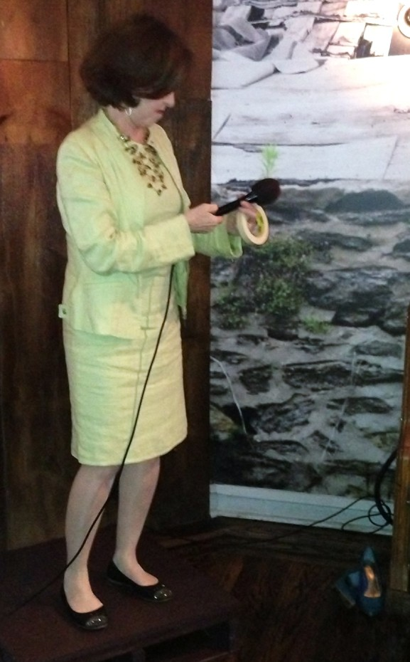Host Lea Brovendani begins the introductions.